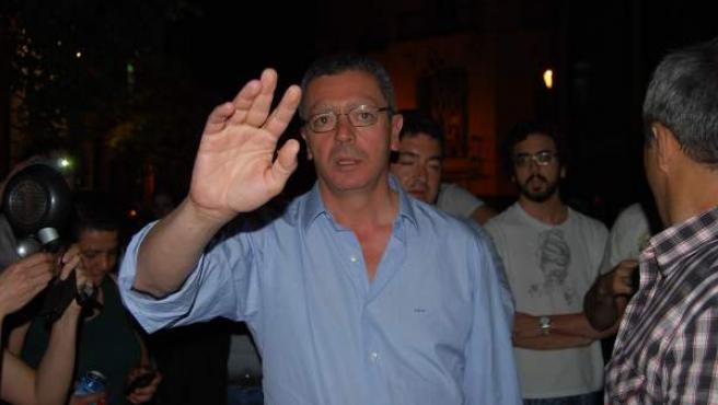 Alberto Ruiz-Gallardón ha bajado a la calle para hablar con los manifestantes.