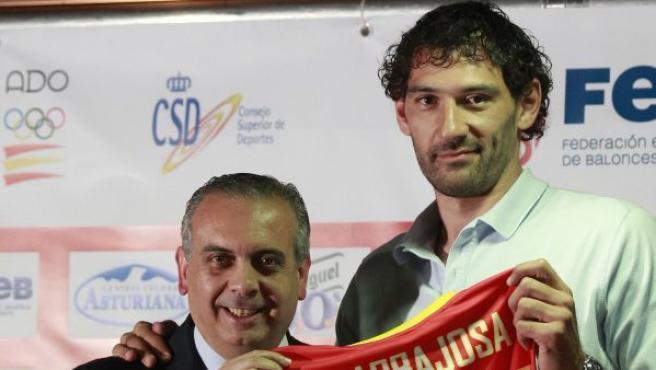 Garbajosa, campeón del mundo, de Europa y subcampeón olímpico, se muestra emocionado durante el acto en el que hizo oficial su retirada de la selección española.