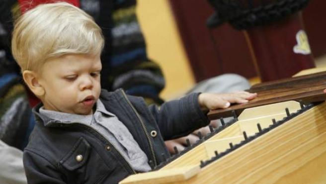 Marcos, un niño de 1 año con síndrome de Williams, durante una sesión de musicoterapia.