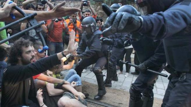 Un momento de la tensión vivida en la protesta de los 'indignados' frente al Parlament catalán.