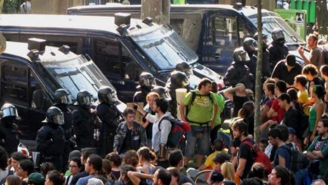 """Vista de la concentración de 2.000 'indignados' alrededor del Parque de la Ciutadella de Barcelona intentando bloquear los accesos al Parlament, cuyos diputados han tenido que acceder por un """"pasillo"""" abierto por los Mossos en medio de los insultos y el lanzamiento de objetos."""