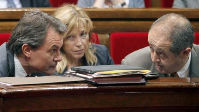 El presidente de la Generalitat, Artur Mas conversa con el conseller de Interior, Felip Puig y la vicepresidenta Joana Ortega, en el pleno del Parlament.