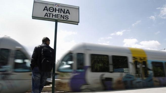 Un hombre en la estación ferroviaria central de Atenas.