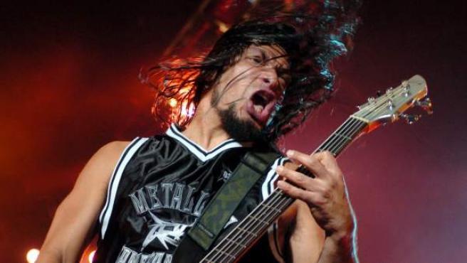 El bajista del grupo de heavy metal Metallica, Robert Trujillo, durante un concierto en Zaragoza.