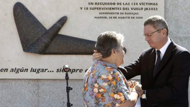 El alcalde de Madrid, Alberto Ruiz-Gallardón, y la presidenta de la Asociación de Afectados del Vuelo JK5022, Pilar Vera, durante el acto de inauguración de la escultura homenaje a las víctimas del accidente de Spanair en agosto de 2008.