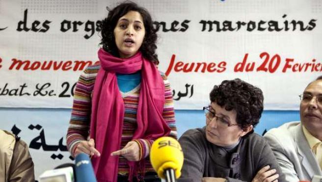 Una de las creadoras del Movimiento 20 de febrero, Tahani Madmad, durante la lectura de su comunicado en el que explican las razones para su protesta del domingo.