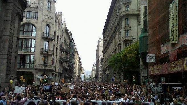 """""""El pueblo unido jamás será vencido"""", coreaban los manifestantes en la via Laietana, que estaba a reventar llegando a la plaza Antonio López."""