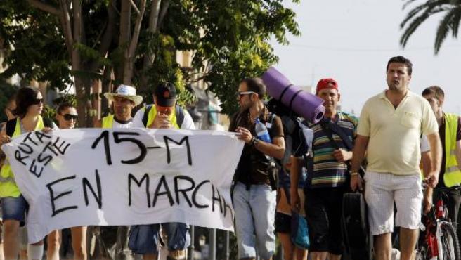 Los indignados del movimiento 15-M y de Democracia Real Ya, al comienzo de la marcha a pie que iniciaron en Valencia y que terminarán el próximo día 23 en Madrid.