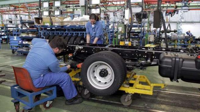 Imagen de archivo de unos trabajadores en una fábrica de coches.
