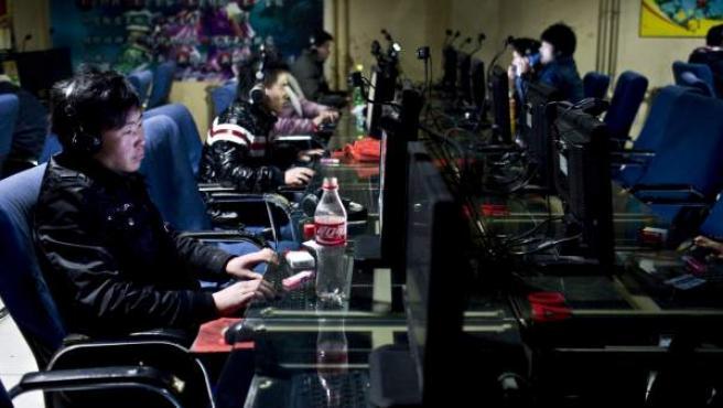 Internautas chinos en un cibercafé.