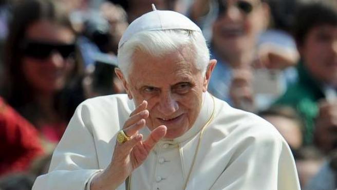 El Papa Benedicto XVI saludando a los fieles congregados en la plaza de San Pedro del Vaticano durante una audiencia.