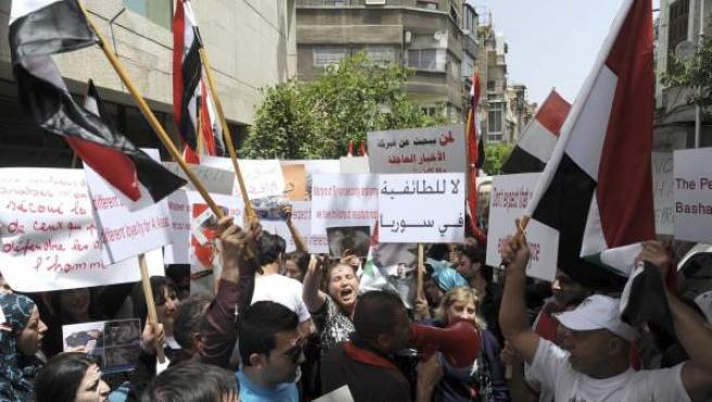 Un grupo de sirios se manifiesta frente a la embajada francesa en Damasco.