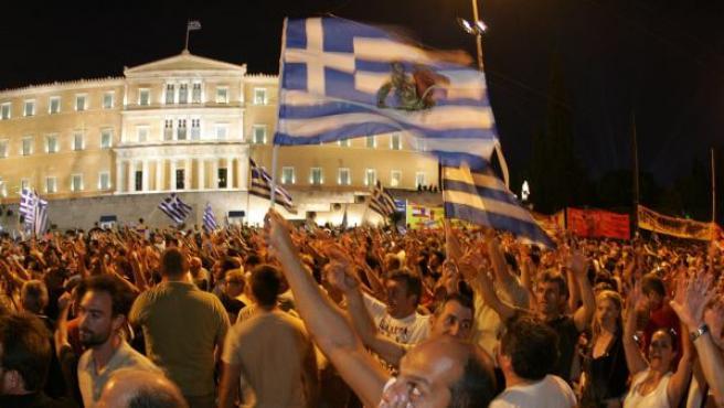 Manifestantes griegos frente al Parlamento del país este martes por la noche.