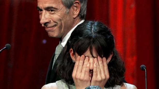 La actriz Marina Comas llora tras recoger el premio Goya a la mejor actriz revelación por su trabajo en 'Pa negre'. Junto a ella, Imanol Arias.