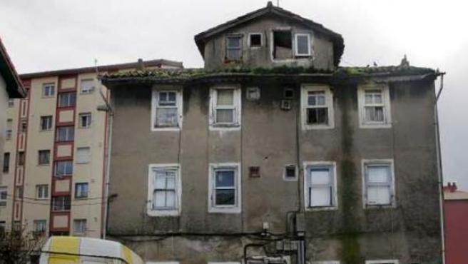 La fachada de una casa en estado de ruina.
