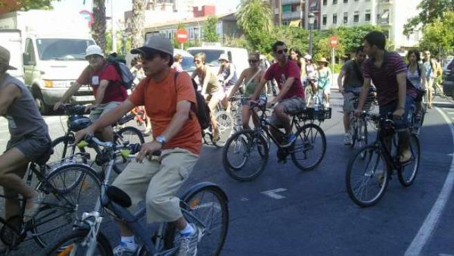 Manifestantes 'Indignados' Al Inicio De La Marcha En Bicicleta