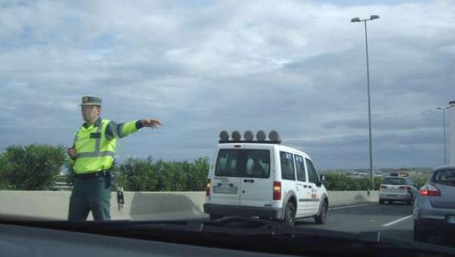Agente Regulando El Tráfico Tras Un Accidente De Tráfico