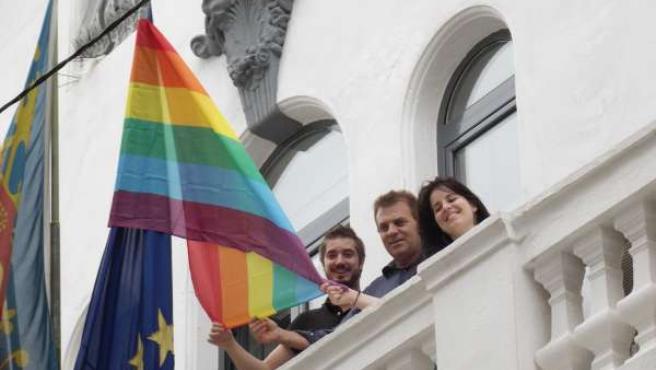 La Diputada Esther López Cuelga La Bandera Gay En El Ayuntamiento De Buñol.