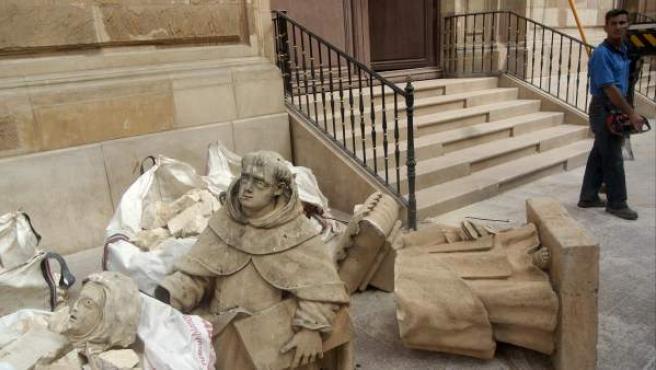 Restos de varias esculturas de piedra procedentes de una iglesia de Lorca, que ha sufrido graves destrozos tras el terremoto.