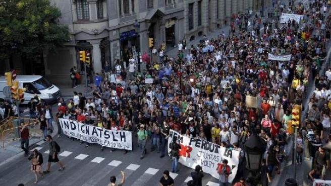 Los 'indignados' de Barcelona, dirigiéndose a la plaza de Sant Jaume.