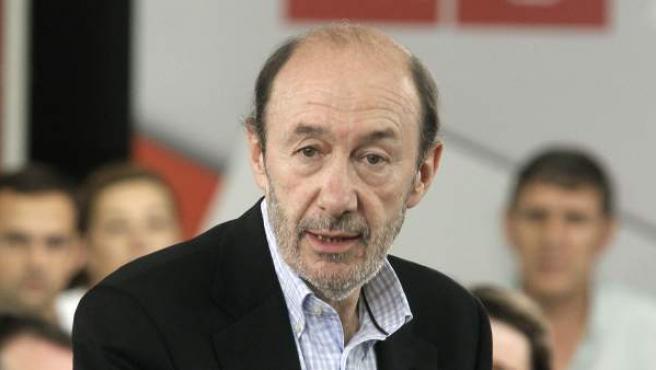 El candidato socialista a las elecciones generales de 2012, y vicepresidente del gobierno, Alfredo Pérez Rubalcaba, durante su encuentro con los ediles socialistas de municipios de más de 40.000 habitantes.