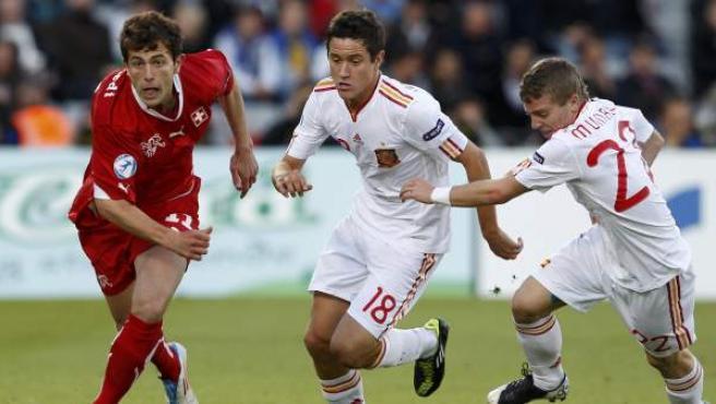 Ahdmir Mehmedi presionado por Ander Herrera e Iker Muniain durante el España - Suiza de la final del Europeo sub'21.