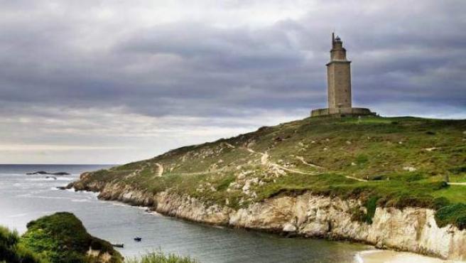 La costa coruñesa con el perfil de la Torre de Hércules.