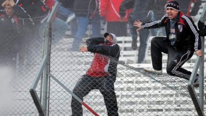 Aficionados de River Plate protagonizan incidentes violentos al finalizar el encuentro, tras el descenso del equipo a la Segunda División del fútbol argentino.