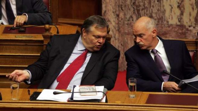 El primer ministro griego George Papandreu habla con el ministro de finanzas Evangelos Venizelos.