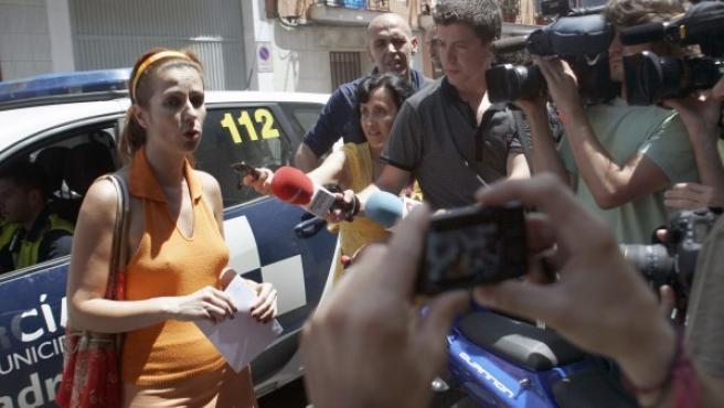 Susana García atiende a los medios después de que un grupo de 'indignados' impidiera su desahucio en el barrio madrileño de Vallecas.