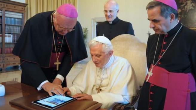 El papa Benedicto XVI, en el momento de escribir su primer tuit.