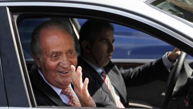 El rey Juan Carlos saluda al abandonar esta tarde la Clínica Planas de Barcelona.