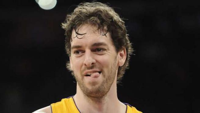 El ala-pívot de Los Angeles Lakers, Pau Gasol, reacciona después de recibir una falta.