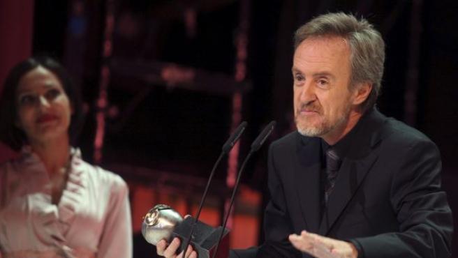 """El actor Carlos Hipólito (d), tras recibir el premio Max a """"Mejor Actor Protagonista"""" por su trabajo en """"Glengarry Glen Ross"""", durante la XIV edición de los Premios Max."""