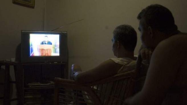 Una familia observa en Caracas el mensaje televisado del presidente de Venezuela, Hugo Chávez.