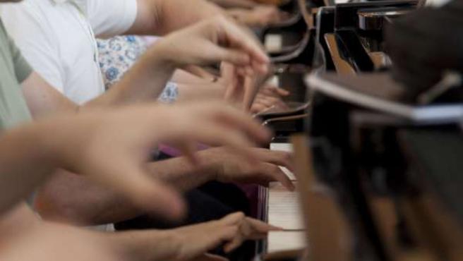 Imagen De La Veintena De Músicos Tocando Simultáneamente El Piano