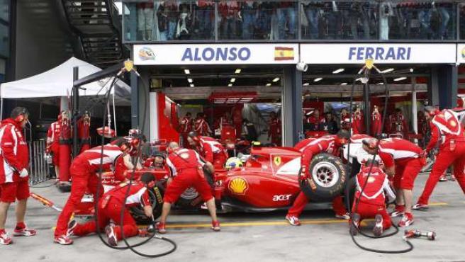 Mecánicos de Ferrari trabajando.