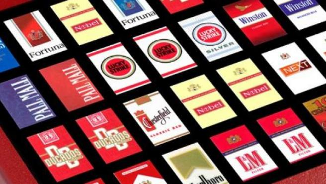 Paquetes de tabaco en una máquina dispensadora.