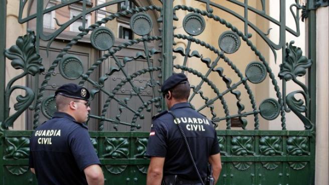 Dos guardias civiles vigilan la puerta de la sede de la SGAE en Madrid.