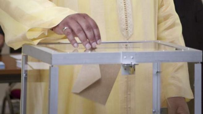 El rey Mohamed VI de Marruecos deposita su voto en un colegio electoral de Rabat.