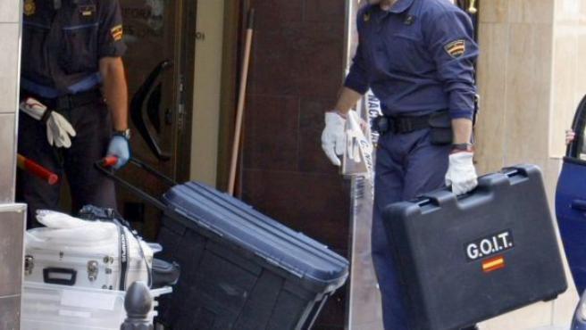 Agentes de la Policía en las labores de búsqueda del cadáver hallado en un bloque de hormigón en un cibercafé.