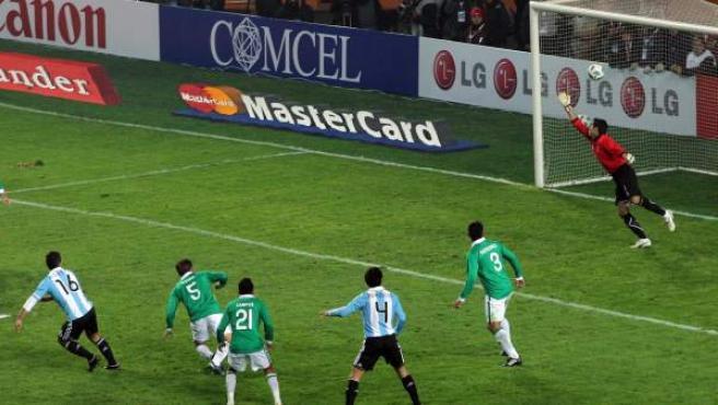 El jugador de la selección de fútbol de Argentina Sergio Agüero (iz) convierte su gol ante Carlos Arias (de) de Bolivia.