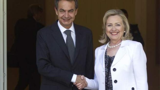 Zapatero y Hillary Clinton posan ante la prensa antes de su reunión en Moncloa este 2 de julio.