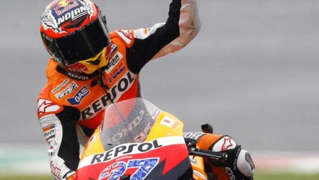 Casey Stoner, piloto de Honda, celebra su pole en el Gran Premio de Italia en el circuito de Mugello.