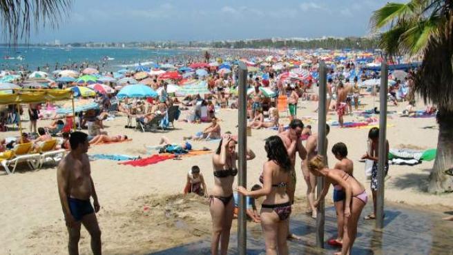 Aspecto que de la playa de Levante de Salou en el primer sábado del mes de julio.