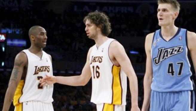 Andrei Kirilenko, Pau Gasol y Kobe Bryant en un partido entre Los Angeles Lakers y Utah Jazz. (ARCHIVO).