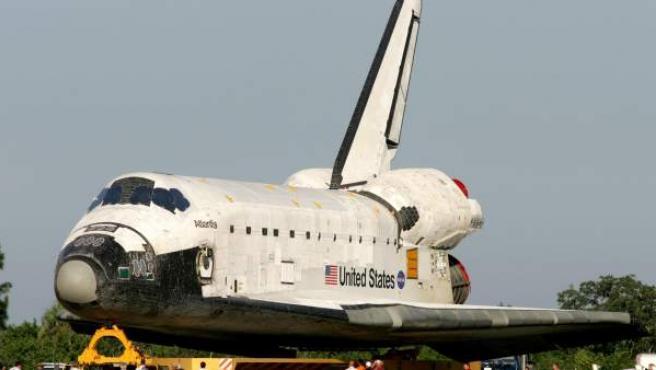 El transbordador Atlantis es remolcado tras una de sus misiones.