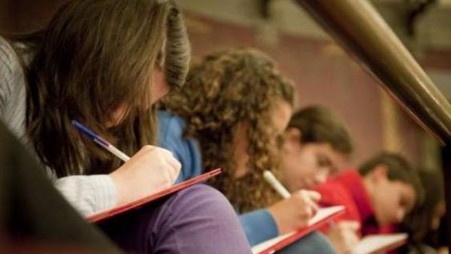 Jóvenes realizando un examen en un colegio.