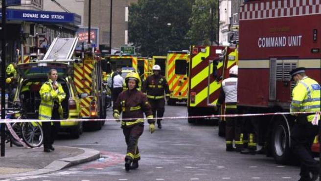 Miembros de los servicios de emergencia londinenses en la estación Edware Road de Londres, el día de los atentados.