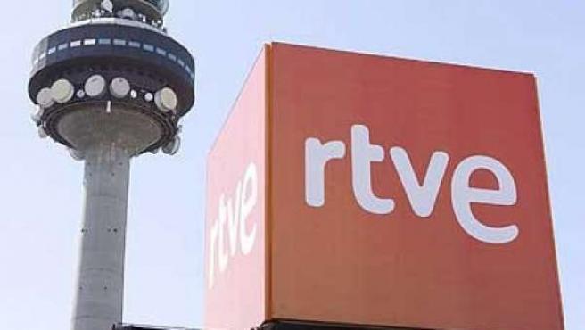 Logotipo de la radiotelevisión pública en una de las sedes de RTVE.